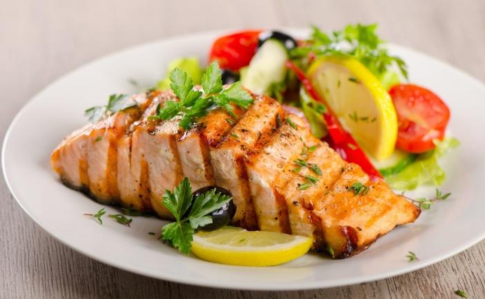 Ryba Salmon z sałatą na talerzu